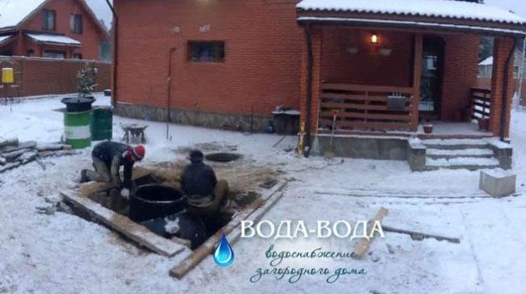 Выполненообустройство скважинычерез пластиковый кессон в поселке Агалатово.