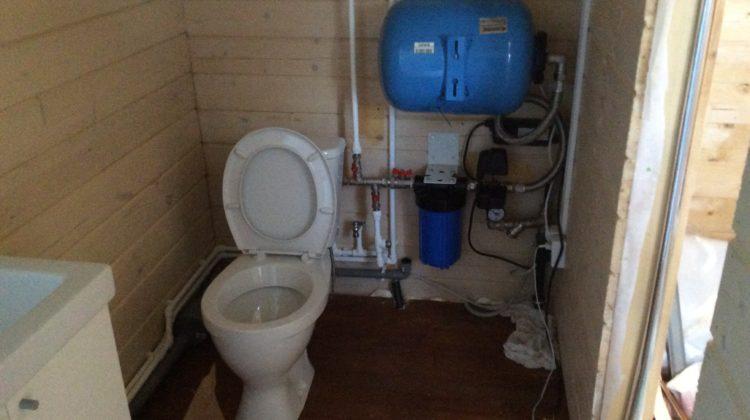 При большом потреблении приборами воды (различные банные комплексы, прачечные) необходимо использовать накопительную емкость, объем которой необходимо также рассчитывать исходя из водопотребления.